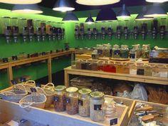 Granel es el concepto de buffet libre trasladado a una tienda de comestibles. Venden al peso cafés, cereales, especias, pastas y arroces, frutos secos...