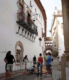 Preparació de catifes de flors a Sitges  Catalonia