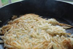 Perfectly crispy hash browns. Hash Browns, Cast Iron Cooking, Macaroni And Cheese, Spaghetti, Potatoes, Ethnic Recipes, Sweet, Roots, Morning Breakfast