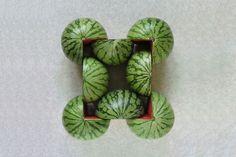 ŞAKİR GÖKÇEBAĞ est un artiste pluridisciplinaire né en 1965 en Turquie, il vit et travaille actuellement à Hambourg en Allemagne. (nous avons déjà présenté son travail sur le JDD) Parmi tous ses projets, je vous présente cette série photographique très géométrique basée sur l'assemblage de certains fruits ou légumes, le tout sans aucune retouche.