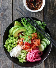 POKÈBOLLE MED LAKS OG SYLTET RØDLØK | TRINES MATBLOGG Small Meals, Frisk, Diy Food, Bagel, Cobb Salad, Vintage Designs, Healthy Recipes, Healthy Meals, Healthy Food