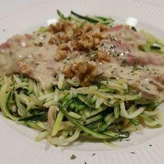 Het recept van deze heerlijke courgetti met gorgonzolasaus staat online 》link in BIO《 #lowcarb #koolhydraatarm