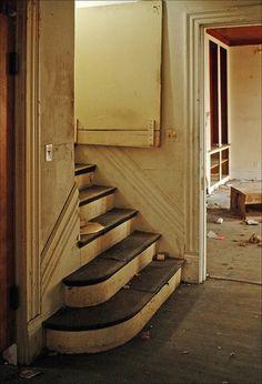 plantation inn, back stairs