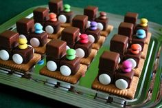 Domino-Loks Rezept Best Picture For healthy Birthday Cake For Your Taste You are looking for something, and it is going to tell you exactly what you are looking for, and you didn't find that picture. Dessert Design, Birthday Cake Decorating, Food Humor, Cooking With Kids, Cute Food, Kids Meals, Sweet Treats, Food And Drink, Sweets