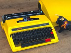YELLOW ORIGINAL BROTHER  Deluxe 750TR Manual Typewriter in really great condition de la boutique FELIXsoFRENCH sur Etsy