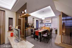 開放式打造的客餐廳間,以茶玻隔間牆做空間機能的分野,穿透的視野可從客廳直達後方的餐廚空間,延伸的視覺線條放大空間視感。