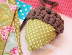 Wir zeigen Euch, wir Ihr Eure Herbstdeko mit einem selbstgemachten Eichel-Hütchen und tollen Silebrartikeln gestalten könnt.