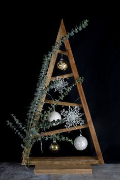 Today, there's a DIY deco idea for Christmas with some super cool DIY ideas for decorating Christmas Pallet Christmas Tree, Unique Christmas Trees, Alternative Christmas Tree, Noel Christmas, Modern Christmas, Rustic Christmas, Christmas Crafts To Make And Sell, Christmas Wood Crafts, Black Christmas Decorations