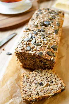 Protein Power Brot voller Körner – Elle Republic Protein Power Bread full of grains Recipe, a piece cut, make bread yourself. With spelled, grains, yoghurt. Protein Bread, Low Carb Bread, Protein Desserts, Protein Foods, Law Carb, Best Protein Shakes, Comida Keto, Seed Bread, Protein Power