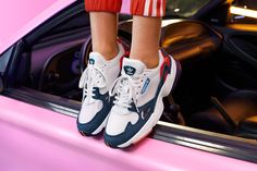save off 32145 d6b19 Kylie Jenner apresenta novas cores do Falcon da Adidas Originals