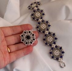 FREE MOTIF Tutorial. In Russian but with clear photos. Scroll down to see the pattern in diagram! Use: Toho  or Délica seed beads 11/0, 8 bicone beads 4mm, 24 Swarovski pearls 3mm, 1 round bead 5mm OR a round faceted bead 5mm (for the center)