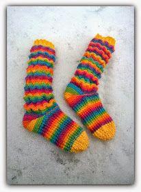 Arkimamman Arkiralli: Wellenmuster - aaltokuviosukat Socks, Knitting, Pattern, Diy, Fashion, Wave Pattern, Knitting Socks, Moda, Tricot