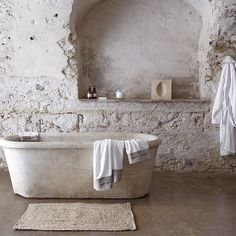 Loving this rustic bathroom design.