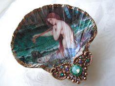 Mermaid Siren Shel lLarge Jewelry Dish by rtistmary on Etsy - DIY Jewelry Pearl Ideen Mermaid Shell, Mermaid Diy, Vintage Mermaid, Mermaid Jewelry, Mermaid Necklace, Seashell Art, Seashell Crafts, Beach Crafts, Shell Jewelry