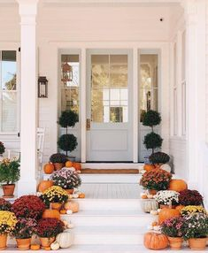 Farmhouse Fall Front Porch Ideas - My Cozy Colorado the best and most beautiful farmhouse fall front porch ideas and inspirations that will give your beautiful home a charming seasonal farmhouse vibe Fall Home Decor, Autumn Home, Holiday Decor, Style Me Pretty Living, Porch Decorating, Decorating Ideas, Interior And Exterior, Interior Design, Beautiful Homes