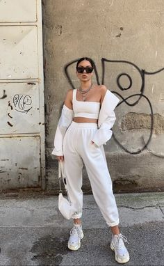 White Oversized Joggers – Erica – Best Women's and Men's Streetwear Fashion Ideas, Combines, Tips Tumblr Outfits, Mode Outfits, Sporty Outfits, Urban Outfits, Casual Trendy Outfits, Sneaker Outfits Women, Sneakers Fashion Outfits, Beach Outfits, School Outfits