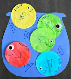 This adorable 1 Fish 2 Fish Red Fish Blue Fish Craft is perfect for young kids to celebrate Dr.Seuss Day (Read Across America Day) on March Dr. Seuss, Dr Seuss Art, Dr Seuss Crafts, Dr Seuss Week, Easy Preschool Crafts, Daycare Crafts, Preschool Art, Kindergarten Crafts, Preschool Lessons
