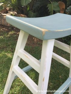 DIY Chalk painted pine barstools for the kitchen island #chalkpaint #diychalkpaint #countrykitchen #pinebarstool #chalkpaintmakeover