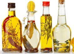Droppa lite olivolja på en bomullstuss och gnugga försiktigt på ögonen eller andra områden. Skölj ansiktet med varmt vatten och torka torrt med en handduk. Gör gärna rent med ansiktsvatten också efteråt.