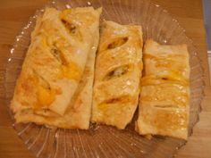 Amasse o fermento de pão com o açúcar, misture o resto dos ingredientes e deixe descansar por uma hora  Recheie a gosto