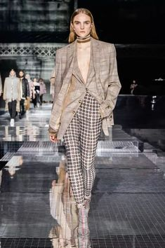 Burberry Fall 2020 Ready-to-Wear Fashion Show Collection: See the complete Burberry Fall 2020 Ready-to-Wear collection. Look 57 Style Couture, Couture Fashion, Runway Fashion, Womens Fashion, High End Fashion, Star Fashion, 2020 Fashion Trends, Fashion News, Vogue Paris