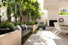 belle terrasse avec banc au soleil et table à manger à l'ombre