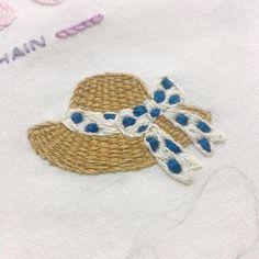 "141 Likes, 5 Comments - 프롬유_자수일기 (@fromyou_embroidery) on Instagram: "". 오늘 날씨 너무 덥네요! 따뜻한건가? 지난주랑 온도차가 갑자기 날씨가 확확바뀌면 정신을 못차리겠어요 . #내가_좋아하는_무늬_3가지 #스트라이프_그리드_도트 .…"""