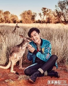 Hu Ge Strolls Around the Australian Outback All Manly Then Turns into Boyish Mush for Baby Kangaroo Feeding | A Koala's Playground