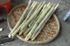 Sugar cane is a huge grass. Along with sugar beet it is the main plant for sugar production. Sugar Beet, Travel Info, Street Food, Documentary, Food Food, Food Videos, Vietnam, Juice, Traditional