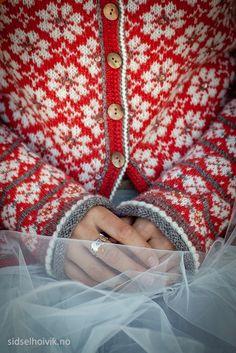 Ravelry: Anemone kofte by Sidsel J. Høivik Ravelry: Anemone kofte by Sidsel J. Fair Isle Knitting, Free Knitting, Knitting Stitches, Winter Knitting Patterns, Crochet Pattern, Knit Crochet, Big Knit Blanket, Easy Knitting Projects, Jumbo Yarn