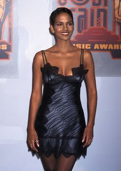 Halle Berry - 31 Throwback Photos of Halle Berry's Fabulous Style Halle Berry Style, Halle Berry Hot, Hale Berry, Black Actresses, 2000s Fashion, Mode Vintage, Beautiful Black Women, Beautiful Celebrities, Lady
