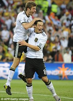 Thomas Müller and Mesut Özil freak out in celebration Real Soccer, Soccer Fans, Soccer Players, Question Of Sport, Germany Football Team, Fifa 2014 World Cup, Thomas Muller, Dfb Team, Soccer Pictures