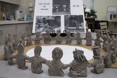 """""""A Circle of Learning"""" Each child created a clay figure of themselves which was joined together into a large circle symbolizing their friendship and collaborative learning. Love this as a way to build classroom community Reggio Emilia, Reggio Classroom, Reggio Inspired Classrooms, Full Day Kindergarten, Collaborative Art Projects, Classroom Community, Thinking Day, Classroom Environment, Classroom Inspiration"""