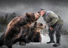 Sulo (charm or cute in English) Karjalainen chats incessantly to his cute and charming bears at Kuusamo Preadtor Center - Sulo Karjalainen jutustelee taukoamatta suloisille karhuilleen. Kuusamon Suurpetokeskus