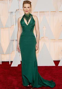 O excesso de verde não é o maior problema no look Versace de Scarlett Johansson. O colar tira a atenção do vestido