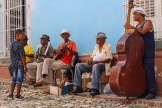 Groupe de musiciens dans les rues de Trinidad  Mon article sur cette ville -> https://sauts-de-puce.fr/voyage/carnets/955-saut-dans-le-temps-a-trinidad/   #Voyage #Journey #Voyagephoto #Ambiance #travel #travelphotography #discovertheworld #discover #phototravel #travelphotography #travelovers #beautifulWorld #Cuba #DiscoverCuba #streephotos #rues #cityandcolour #citylandscape