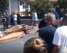 CIDADE: Com caixões impedindo a passagem dos veículos, cov...