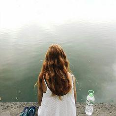 Cháy sáng tệ.  Ôi màu tóc tự nhiên đẹp thật. Hic. Kiểu nó lên màu xịn lắm. Ước gì cơ máy xịn để ảnh này không bị cháy.  ________________________________ #vsco #vscocam #vscogrid #stranger #street #hanoi #girl #hair #beautiful #travel #lake #water #minimal #minimalism #waves #white #hanoi
