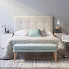 Accis, una bonita banqueta muy útil como pie de cama, ideal para un dormitorio.   Disponible en muchos colores, en la imagen tapizada en menta.