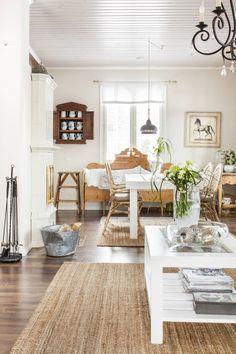Ruokapöytä on OnniPuusta ja tuolit Ikeasta. Sohva Ajantarinasta Kuopiosta. Valaisin Bloomingvillen. Kannukaappi on huutokauppalöytö. Renginkaappi ja kannut mummolta sekä kirpputoreilta. Halkokorin virkaa toimittaa kolhuinen pesusoikko.