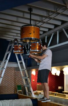DIY drum kit chandelier something else i can do with drums when they get left in my livingroom Solar Light Crafts, Solar Lights, Drums Artwork, Music Furniture, Diy Drums, Mundo Musical, Drum Accessories, Drum Room, Music Studio Room