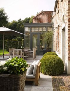 Traditional but elegant garden. Pinned to Garden Design by Darin Bradbury.