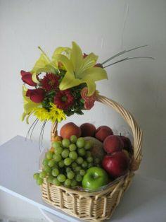 G Edible Fruit Arrangements, Large Flower Arrangements, Artificial Floral Arrangements, Diy Food Gifts, Fruit Gifts, Flower Crafts, Flower Art, Fruit Flower Basket, Deco Fruit