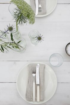 Terrace table setting by Elisabeth Heier Deco Table, Minimalist Interior, Scandinavian Style, Bon Appetit, Tablescapes, Dining Table, Dining Rooms, Table Settings, Table Decorations