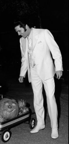 Elvis Presley, like his white suite! King Elvis Presley, Elvis And Priscilla, Elvis Presley Photos, Priscilla Presley, Rock N Roll, Are You Lonesome Tonight, Burning Love, Thats The Way, Graceland