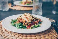 Hellan ja viinilasin välissä: Ruokaisa halloumisalaatti kvinoalla ja munakoisolla