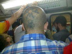 Man in de metro, richting de stad.  Tatoeage spinnenweb+spin