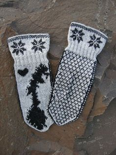 Ravelry: Norge Votter pattern by Emolas Design Salome Sigurdardottir Fingerless Mittens, Knit Mittens, Knitting Socks, Knitting Stitches, Free Knitting, Knitting Patterns, Christmas Elf, Christmas Stockings, Yarn Stash