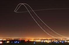 Uma decolagem de avião parece muito mais legal com este clique de longa exposição.