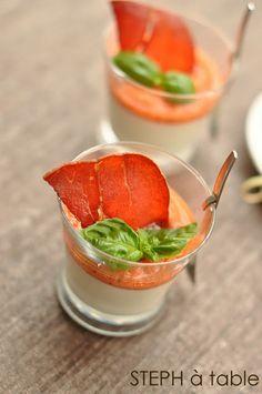 Panna cotta basilic, gaspacho & chips de jambon cru Aoste. Plus de recettes d'apéritifs sur : www.enviedebienmanger.fr